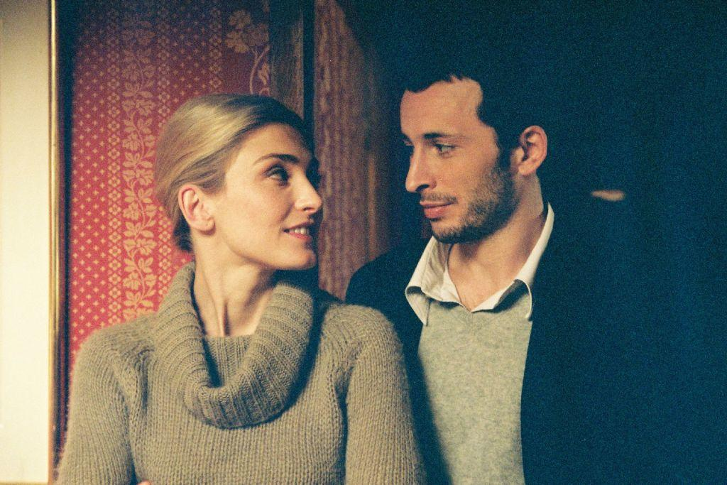 Julie Gayet as Emilie and Michael Cohen as Gabriel in