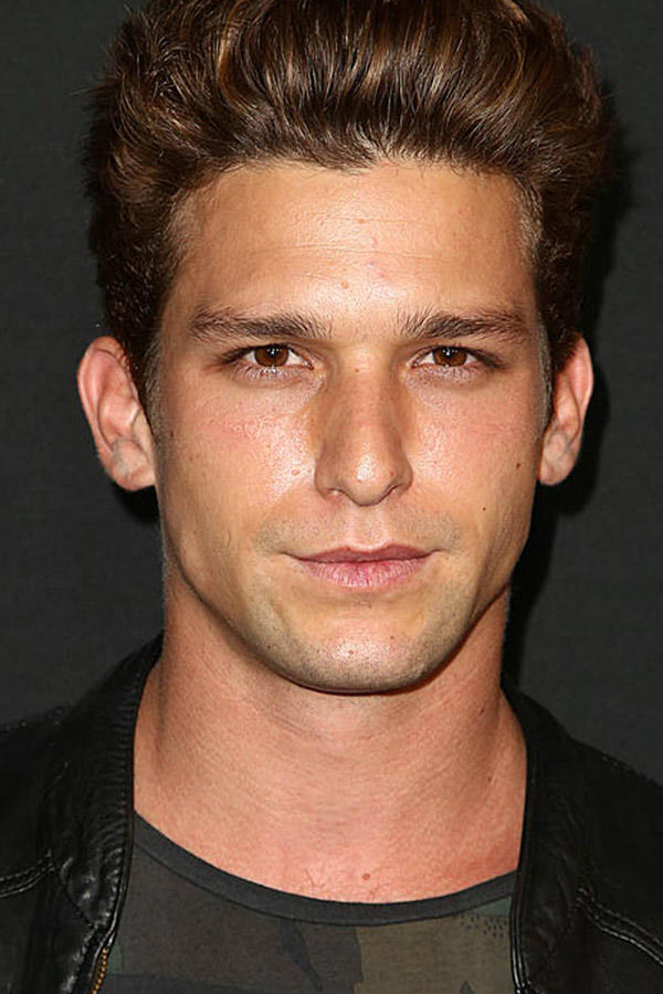 Daren Kagasoff Pictures And Photos Fandango Catch up with daren kagasoff from the secret life of the american teenager on the red carpet at the people's interview with daren kagasoff (hunter) on set of the fox series red band society. fandango