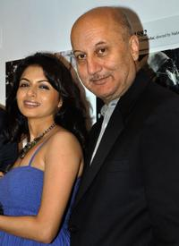 Bhagyashree and Anupam Kher at the inauguration of artist Geeta Dass's exhibition of paintings.