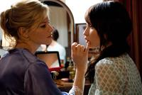Elizabeth Banks as Rachel and Emily Browning as Anna in