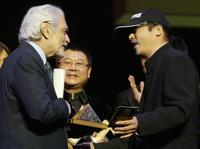 Omar Sharif and Zhang Jiaru at the closing ceremony of Cairo's 30th International Film Festival.