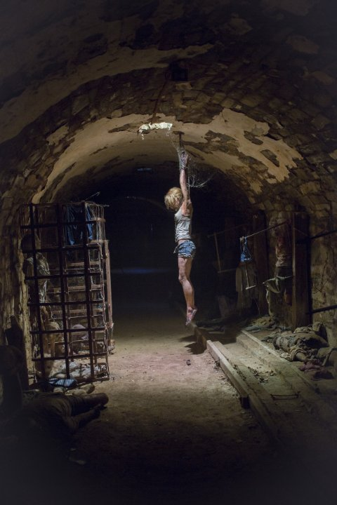 Wolf Creek 2 hanging girl