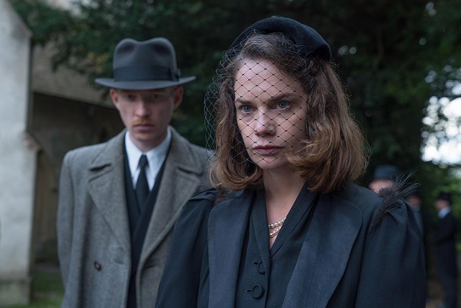 Domhnall Gleeson and Ruth Wilson in The Little Stranger