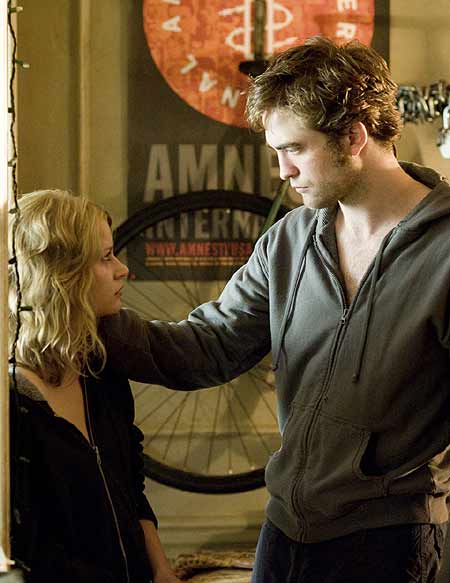 Emile de Ravin and Robert Pattinson in Remember Me