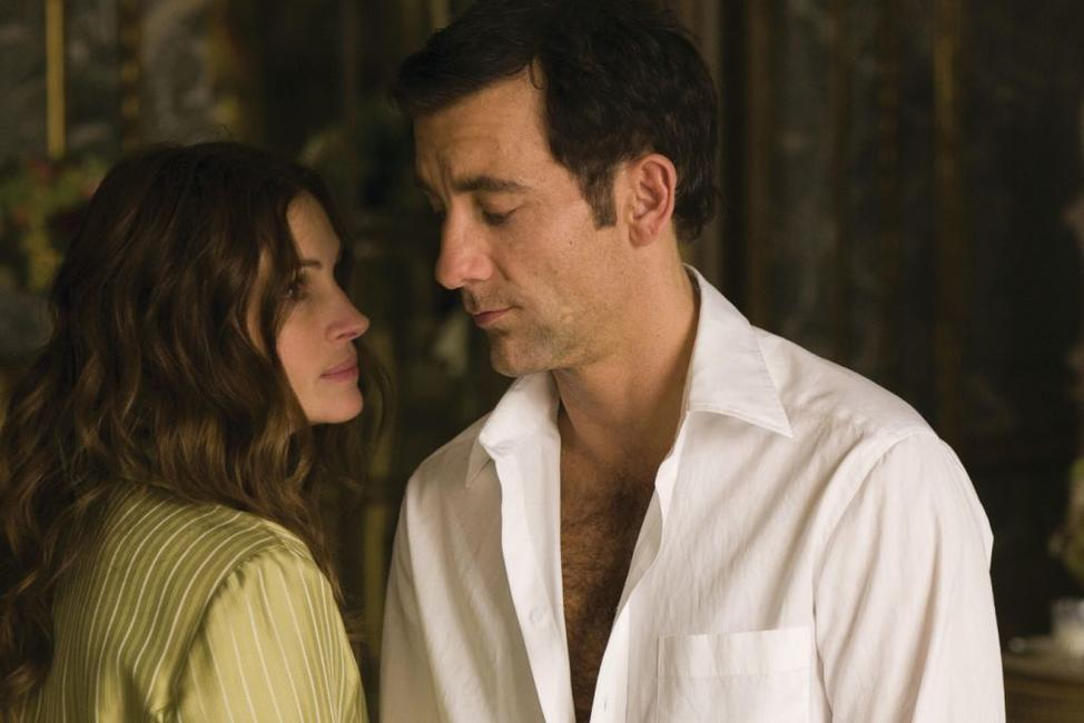 Julia Roberts as Claire Stenwick and Clive Owen as Ray Koval in