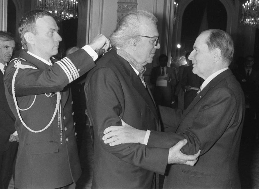 Federico Fellini receives the Honor Legion from French President Frantois Mitterrand.