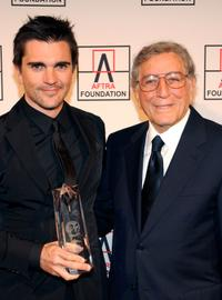Juanes and Tony Bennett at the 2010 AFTRA AMEE Awards.