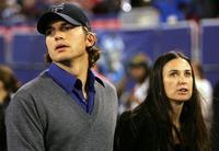 Demi Moore and Ashton Kutcher at the start of the game between Philadelphia Eagles and New York Giants.