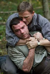 Daniel Craig as Tuvia Bielski and Liev Schreiber as Zus Bielski in