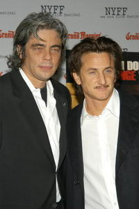 """Benicio Del Toro and Sean Penn at the Focus Features Pre Screening Dinner for """"21 Grams"""" in New York."""