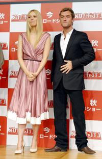 Gwyneth Paltrow and Jude Law at the press conference during the 17th Tokyo International Film Festival.