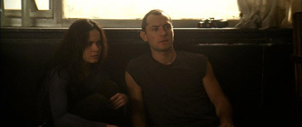 Alice Braga as Beth and Jude Law as Remy in