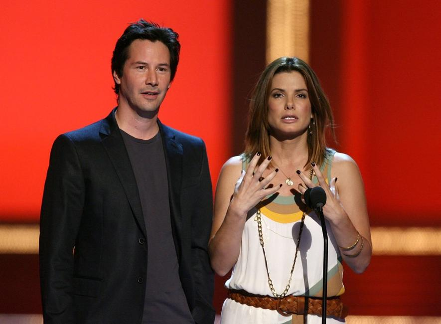 Keanu Reeves and Sandra Bullock present the Best On-Screen Team award at 2006 MTV Movie Awards.
