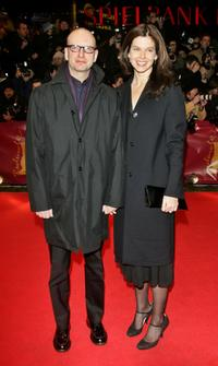 Steven Soderbergh and his Jules Asner at the premiere of the movie