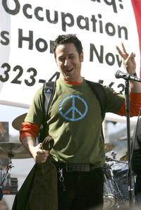 Rob Morrow speaks at the demonstration to stop the war in Iraq.