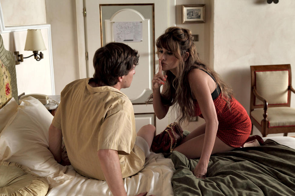 Alessandro Tiberi as Antonio and Penelope Cruz as Anna in