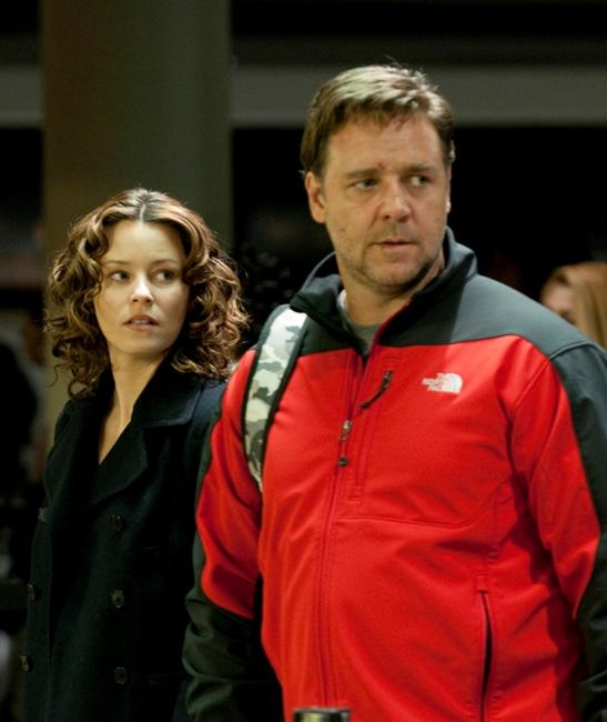 Elizabeth Banks as Lara Brennan and Russell Crowe as John Brennan in