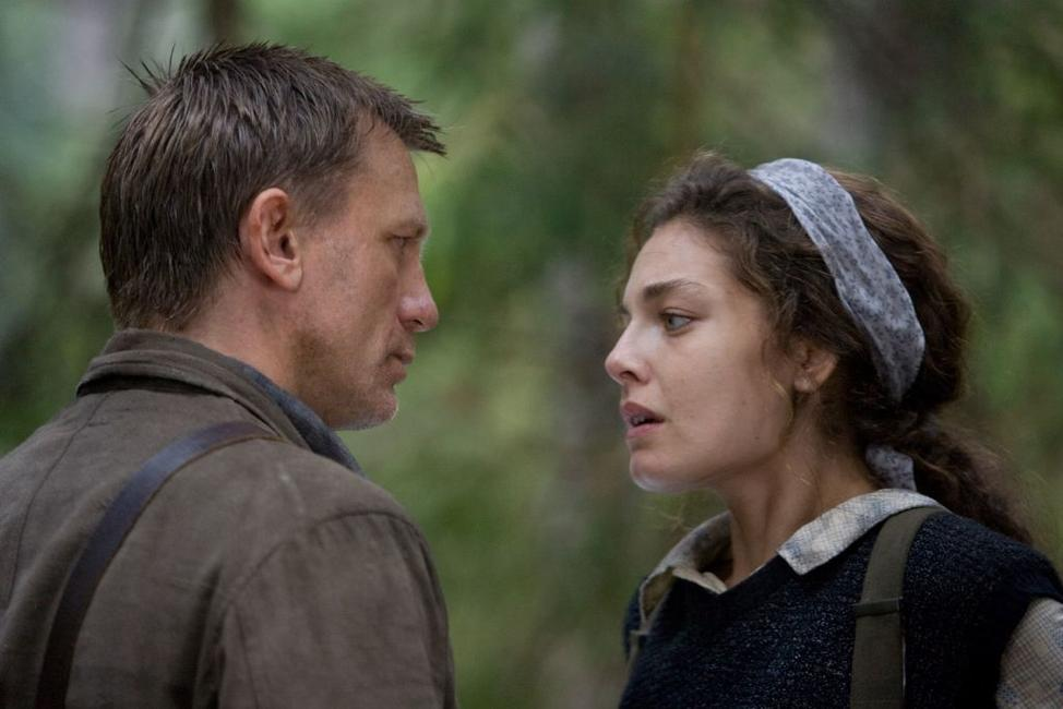 Daniel Craig as Tuvia Bielski and Alexa Davalos as Lilka in