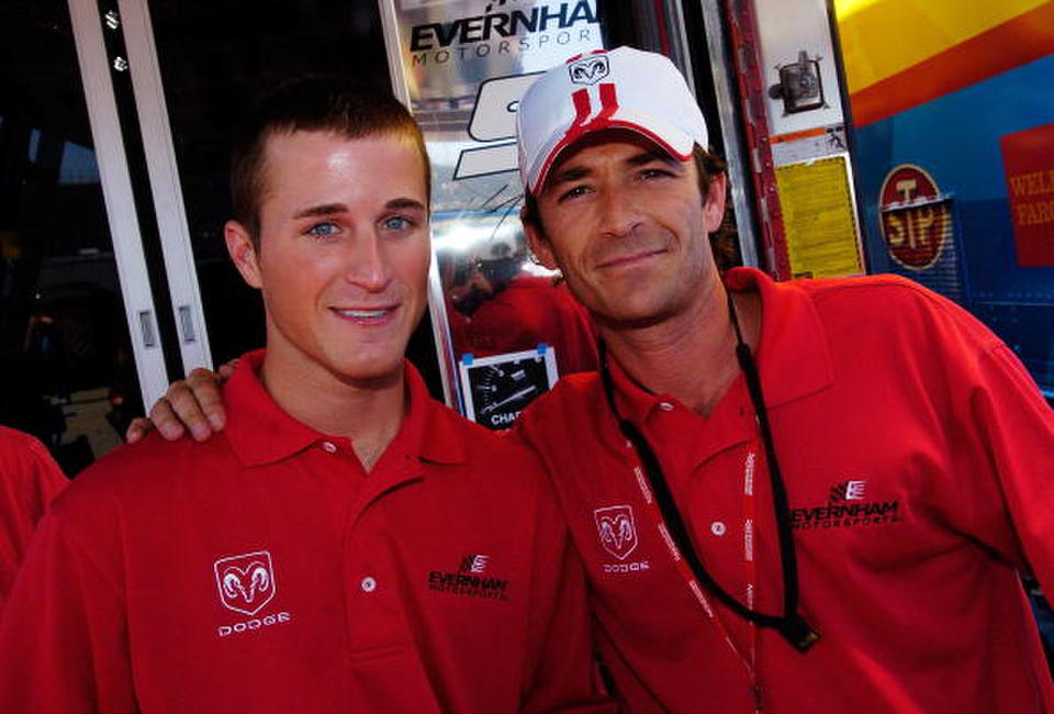 Luke Perry poses with Kasey Kahne, driver of the #9 UAW Dodge before the NASCAR Nextel Cup Series Dodge Charger 500.