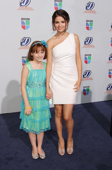 Joey King and Selena Gomez at the Univision Premios Juventud Awards.