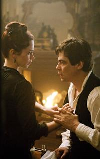 Emily Blunt as Gwen Conliffe and Benicio Del Toro as Lawrence Talbot in