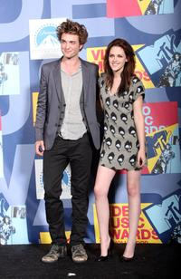 Robert Pattinson and Kristen Stewart at the 2008 MTV Video Music Awards.