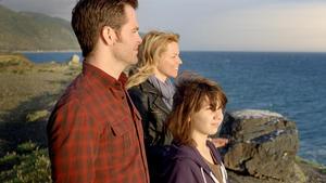 """Chris Pine as Sam, Elizabeth Banks as Frankie and Michael D'Addario as Josh in """"People Like Us."""""""