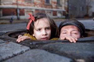 "Milla Bankowicz as Krystyna Chiger and Robert Wieckiewicz as Leopold Socha in ""In Darkness."""