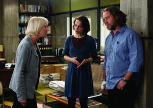 Helen Mirren as Cameron Lynne, Rachel Mcadams as Della Frye and Russell Crowe as Cal McCaffrey in &quot;State of Play.&quot;