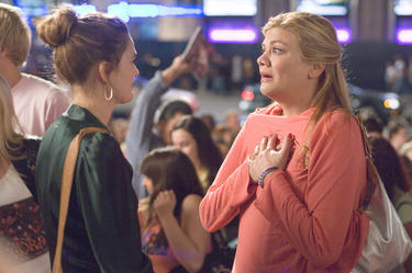 "Sophie Fisher (Drew Barrymore) and her older sister Rhonda (Kristen Johnston) in ""Music and Lyrics."""