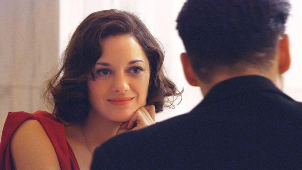 Marion Cotillard as Billie Frechette and Johnny Depp as John Dillinger in