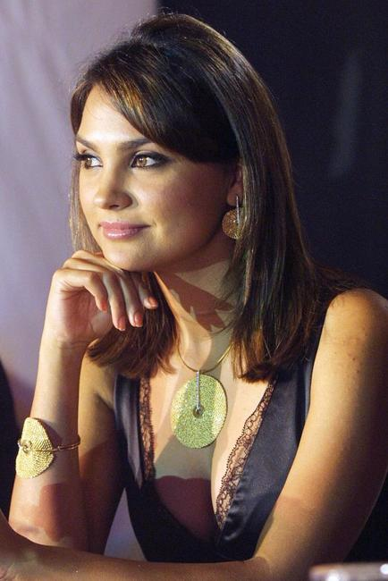 Lara Dutta at the launch of Gold Expressions 2005.