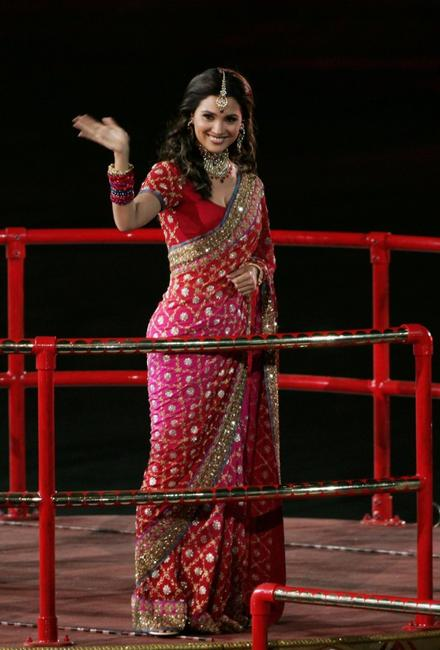 Lara Dutta at the 18th Commonwealth Games Closing Ceremony.