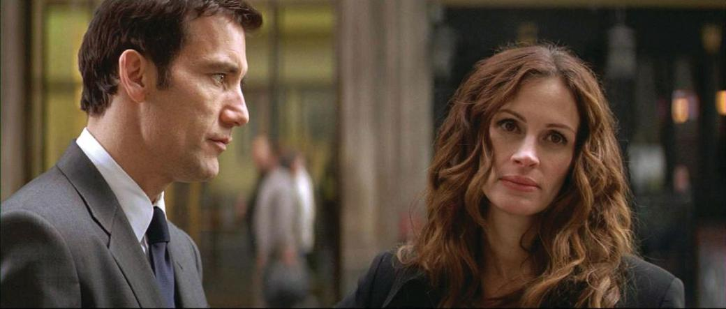 Clive Owen as Ray Koval and Julia Roberts as Claire Stenwick in