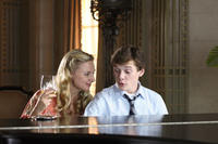 Charlie Bartlett (Anton Yeltchin) spends time with his mother Marilyn (Hope Davis) in
