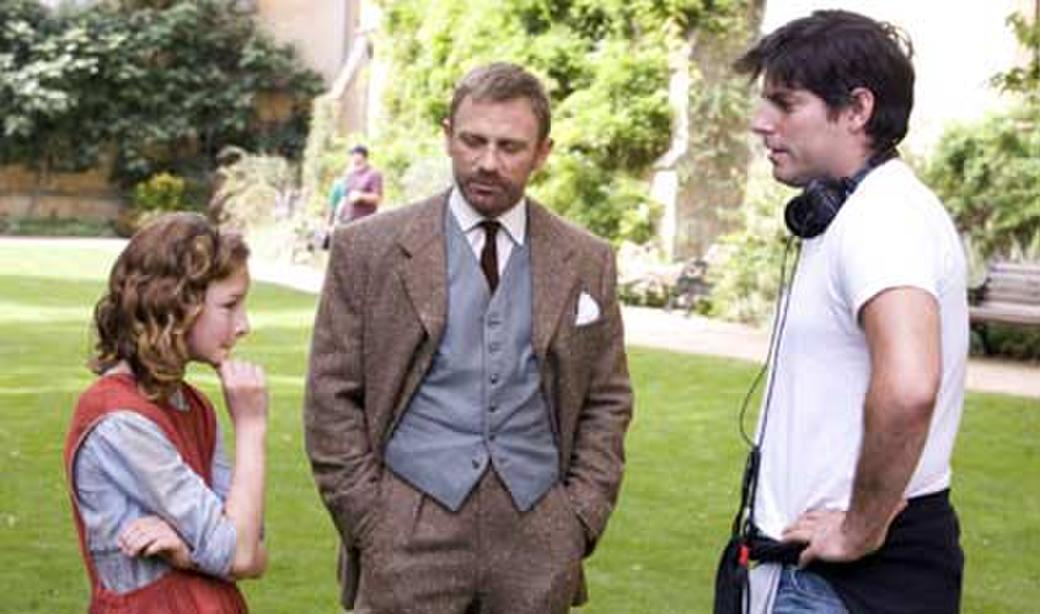 Dakota Blue Richards, Daniel Craig and director Chris Weitz on the set of