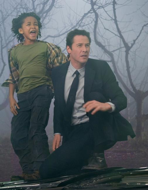 Jaden Smith as Jacob Benson and Keanu Reeves as Klaatu in