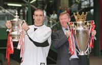 Eric Cantona and Alex Ferguson at the arrival in Manchester's Victoria station.