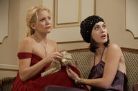 Kate Hudson as Alexis and Lizzy Caplan as Ami in