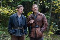 Jamie Bell as Assael Bielski and Daniel Craig as Tuvia Bielski in
