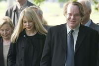 Michelle Williams as Claire Keen and Philip Seymour Hoffman as Caden Cotard in