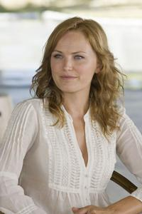 Malin Akerman as Ronnie in