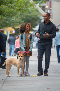 Quvenzhane Wallis as Annie and Jamie Foxx as Will Stacks in