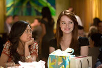 Liza Lapira as Liz and Emma Stone as Hannah in