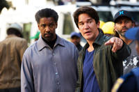 Denzel Washington and director Daniel Espinosa on the set of