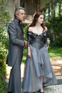 Jeremy Irons as Macon Ravenwood and Alice Englert as Lena Duchannes in