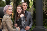 Eileen Atkins as Gramma, Alice Englert as Lena Duchannes and Jeremy Irons as Macon Ravenwood in