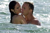 Vesper (Eva Green) and Bond (Daniel Craig) develop a romance in
