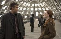 Theo (Clive Owen) and (Julianne Moore) in
