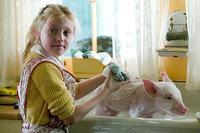 Fern (Dakota Fanning) keeps Wilbur clean in